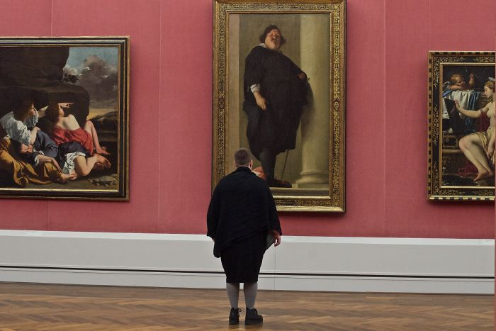 59e84bef58733-Photographer-goes-through-the-museums-to-capture-the-similarities-between-the-paintings-and-the-visitors-and-the-result-will-impress-you-59e6fac457bf2__700